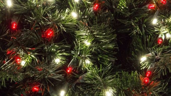 choisir un sapin artificiel à noel sapin de près lumières rouges et blanches