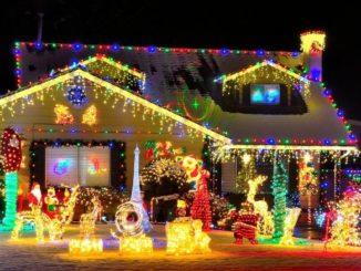 maison très décorée lumières de noel partout