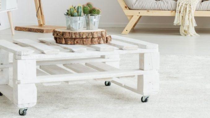table en palettes à roulettes blanche et décoration sur la table